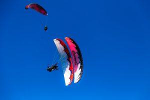 Yamaç paraşütü ile senkro akrobasi uçuşu.