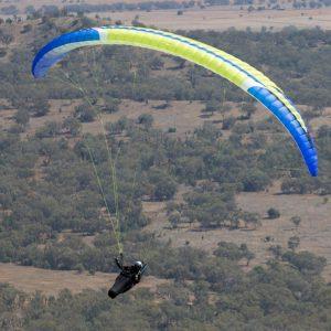 İleri seviye uçuş yapan bir yamaç paraşütü pilotu